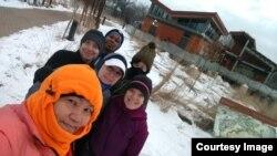 Lynn (paling depan) dan grupnya tetap berlari meski suhu jauh di bawah beku.