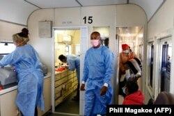 Médecins et patients à l'intérieur du train de la clinique mobile de soins de santé à Soweto, le 22 juin 2021.