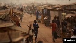 Un enfant marche dans le camp de déplacés Mpoko près de l'aéroport de Bangui en Centrafrique, le 13 février 2016.