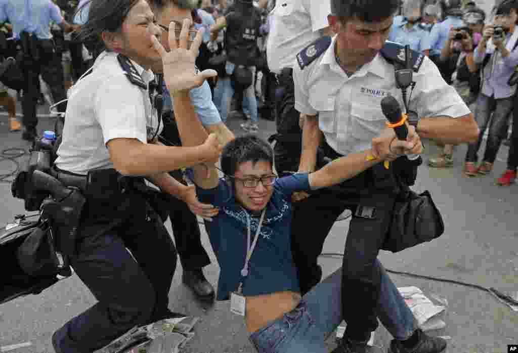 Поліція забирає мітингувальника.