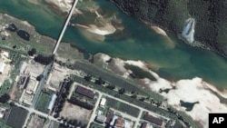 Space Imaging Asia提供的卫星照片所显示的朝鲜宁边核基地(2002年8月13日)