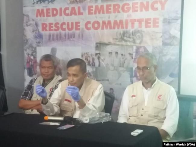 Pendiri dan Dewan Penasihat MER-C Jose Rizal Jurnalis (tengah ) dalam jumpa pers di kantornya di Jakarta, menjelaskan laporan dan pantauan tim MER-C di lapangan terkait penanganan kerusuhan 21-23 Mei oleh aparat keamanan, Sabtu, 25 Mei 2019. (Foto: Fathiyah Wardah/VOA)