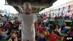 Anak-anak mengikuti sebuah acara di Taman Bacaan Masyarakat Kolong, yang berlokasi di bawah jalan layang di kawasan Ciputat, 10 Februari 2019.