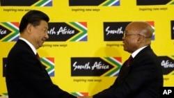 南非总统祖马(右)与到访的中国国家主席习近平在比勒陀利亚召开联合记者会后握手。(2015年12月2日)