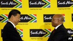 ប្រធានាធិបតីអាហ្រ្វិកខាងត្បូងលោក Jacob Zuma (ខាងស្តាំ) ចាប់ដៃជាមួយនឹងប្រធានាធិបតីចិនលោក Xi Jinping បន្ទាប់ពីសន្នីសីទសារព័ត៌មានរួមគ្នាមួយនៅអាហ្វ្រិកខាងត្បួូង នាថ្ងៃទី០២ ខែធ្នូ ឆ្នាំ២០១៥។
