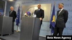 Pemijer Kosova Hašim Tači, zamenik premijera Slobodan Petrović i šef Medjunarodne civilne kancelarije Piter Fejt