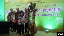 Menkes Nila F. Moeloek meresmikan Konferensi Asia ke-3 Global Green Healthy Hospitals di Yogyakarta yang berlangsung hingga Jumat 5/8 (VOA/Munarsih).