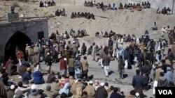 Para pekerja tambang batubara berkumpul di luar setelah ledakan di dalam tambang dekat Quetta, Pakistan, Minggu (20/3).