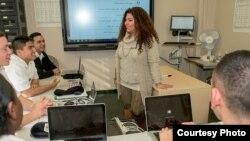 Profesorka egipatskog dijalekta u školi Sekretarijata za odbranu u Montereju sa svojim učenicima (Foto: DLI).