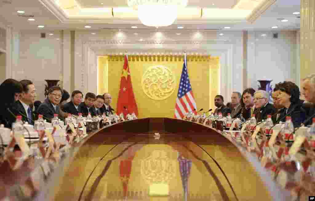 2018年4月27日,在中国交通部,美国运输部部长赵小兰率领的美国代表团同中国交通运输部长李小鹏等人会谈。