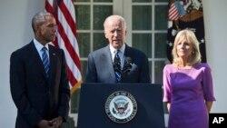 Le vice-président Joe Biden, accompagné de sa femme Jill et le président Barack Obama, annonce qu'il ne sera pas candidat à l'investiture pour la présidentielle de 2016, 21 octobre 2015, dans la roseraie de la Maison Blanche à Washington.