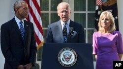 Joe Biden Mataimakin Shugaban Amurka a tsakiya tare da matarsa da shugaban kasa Obama yayinda yake sanarda duniya cewa ba zai tsaya takara ba