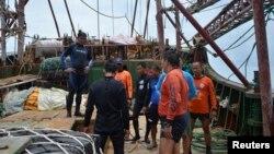 菲律賓海岸警備隊檢視擱淺的中國漁船。