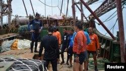 Các thành viên của Lực lượng Cảnh sát biển Philippine kiểm tra tàu đánh cá Trung Quốc bị mắc cạn tại rạn san hô Tubbataha trong tỉnh Palawan, phía tây của Manila. Bãi san hô này được UNESCO công nhận di sản thế giới.