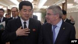 Thomas Bach, le president du CIO, parle avec Kim Il Guk, ministre du Sport à Pyongyang, le 29 mars 2018.
