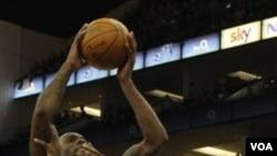 Pebasket Toronto Raptors James Johnson (kanan) berusaha menghentikan forward New Jersey Nets Damion James dalam pertandingan NBA di O2 Arena, London, Jumat (4/3). Nets mengalahkan Raptors 116-103.