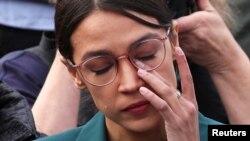 Dân biểu Mỹ Alexandria Ocasio-Cortez (D-NY) gạt nước mắt khi nghe Dân biểu Ilhan Omar (D-MN) kể lại kinh nghiệm trong trại tị nạn tại cuộc họp báo ngày 7/2/2019. REUTERS/Jonathan Ernst