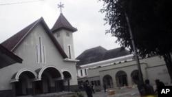 2011年2月8号印度尼西亚一座教堂受到攻击后,军人在维持治安