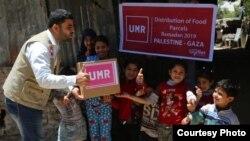 Petugas United Mission of Relief & Development membagikan makanan kepada anak-anak pengungsi di Jalur Gaza, Palestina (courtesy: UMR).
