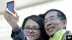 10月25号韩国新当选的首尔市长朴元淳(右)