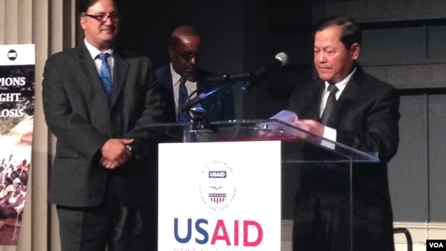 Hem Heng, Cambodian ambassador to the US receives speaks at a award ceremony for Cambodia's anti-tuberculosis effort at Concoran Gallery of Art in Washington, DC, Tuesday, March 25, 2014. (Sok Khemra/VOA Khmer)