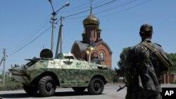 1일 우크라이나 동부 도네츠크 인근 칼리프카 마을 검문소를 친 러시아 분리주의 무장세력들이 지키고 있다.