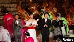 2009年12月19日,澳門回歸中國十周年慶祝晚會壓軸節目,譚晶(左二)、張學友、何超儀、費玉清,分別作為中國大陸、香港、台灣、澳門歌手代表,合唱《明天會更好》。