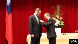 郦英杰(左)接受台林永乐颁赠睦谊外交奖章(美国之音杨明拍摄)
