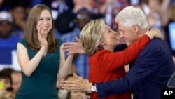 خانواده کلینتون در زمان مناظره های انتخاباتی سال گذشته
