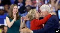Kandida Demokrat la pou pòs prezidan Eatzini, Hillary Clinton ak mari li ansyen Prezidan Bill Clinton ak pitit fi yo, Chelsea Clinton pandan yon kanpay nan Raleigh, N.C., 8 Nov. 2016.