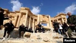 Російський солдат у Пальмірі, поруч - музиканти грають у напівзруйнованій історичній пам'ятці