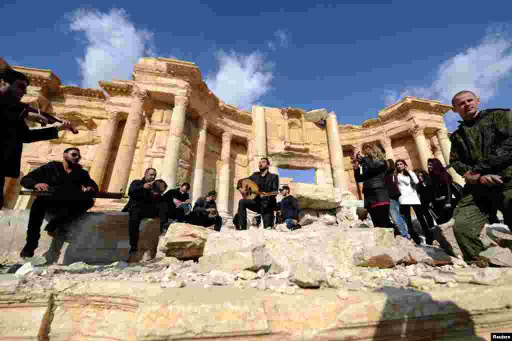 کنسرت نوازندگان سوری با حضور سربازان روسی در آمفی تئاتر شهر تاریخی پالمیرا در سوریه.