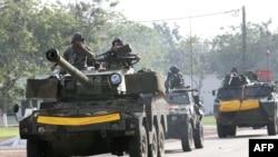 Lực lượng Pháp tuần tiễu trên đường phố thủ đô Abidjan, Côte D'Ivoire