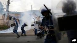 29일 부룬디 부줌부라에서 반정부 시위가 벌어진 가운데, 경찰이 시위대를 해산시키기 위해 최루탄을 발사하고 있다.