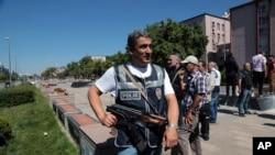 Seorang petugas kepolisian berjaga di luar gedung parlemen Turki dekat markas besar militer (16/7). Ankara, Turki (foto: AP Photo/Burhan Ozbilici)