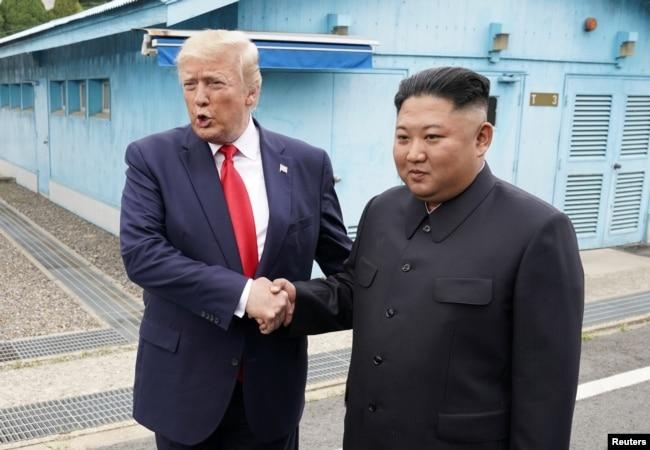 El presidente de EE.UU., Donald Trump, se reúne con el líder norcoreano Kim Jong Un en la zona desmilitarizada entre las dos Coreas, el domingo 30 de junio de 2019.