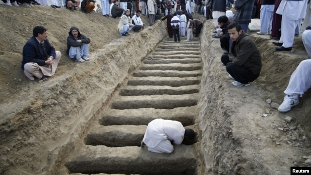 A man prepares graves for the burial of victims of Saturday's bomb attack in a Shi'ite Muslim area, in the Pakistani city of Quetta, February 17, 2013.
