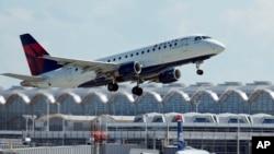一家美国达美航空公司的飞机准备起飞(资料照片)