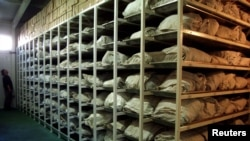 سربرینیکا کے مقتولین کی لاشیں شناخت کے لیے مردہ خانے میں رکھی ہیں