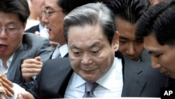 FILE-In this Aug. 14, 2009 file photo, Samsung Group Chairman Lee Kun-hee gets into a car to leave the Seoul Court House after his trial in Seoul, South Korea. South Korean prosecutors have started investigating allegations that ailing Lee bought sex from prostitutes several times between 2011 and 2013.