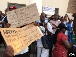 Abanye abantu abakade bese Large City Hall koBulawayo bemelele ukuzwa ukuthi kuzakhethwa bani ukuba nguMayor.