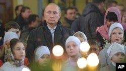 Trẻ em vây quanh ông Putin trong ánh nến thắp sáng buổi cầu nguyện ban đêm tại Nhà thờ ở Turginovo.