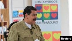 "Presiden Venezuela Nicolas Maduro dalam siawan mingguannya ""Los Domingos con Maduro"" (Sundays with Maduro) yang disiarkan melalui radio dan televisi di Caracas, Venezuela, 12 November 2017."