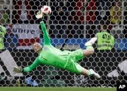 El portero de Inglaterra Jordan Pickford salva un penal durante la ronda de dieciseisavos de final entre Colombia e Inglaterra en la Copa Mundial de fútbol 2018 en el Estadio Spartak, en Moscú, Rusia, el martes 3 de julio de 2018. (AP Photo / Matthias Schrader)