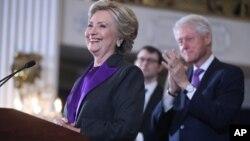 La candidate démocrate, Hillary Clinto, accompagnée de son mari et ancien chef de l'Etat américain Bill Clinton, concède la victoire au républicain Donalad Trump (non visible sur la photo) élu 45eme président des Etats-Unis, a New York, 9 novembre 2016.