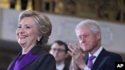 La candidate démocrate, Hillary Clinton, accompagnée de son mari et ancien chef de l'Etat américain Bill Clinton, concède la victoire au républicain Donalad Trump (non visible sur la photo) élu 45eme président des Etats-Unis, à New York, 9 novembre 2016.