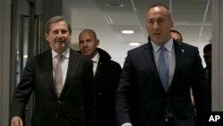 Evropski komesar za proširenje Johanes Han i premijer Kosova Ramuš Haradinaj tokom susreta u Prištini, 3. decembar 2018.