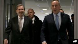 Evropski komesar za pregovore o proširenju Johanes Han i premijer Kosova Ramuš Haradinaj, 3. decembar 2018.
