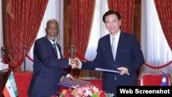 外交部部長吳釗燮(右)與索馬利蘭外交部部長穆雅辛(HE Yasin Hagi Mohamoud)(左)共同簽署雙邊議定書。(圖/台灣外交部Twitter)