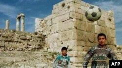 Иорданские дети играют в футбол